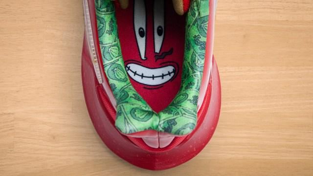 Rekaan watak Mr.Krabs pada bahagian dalam tapak kasut