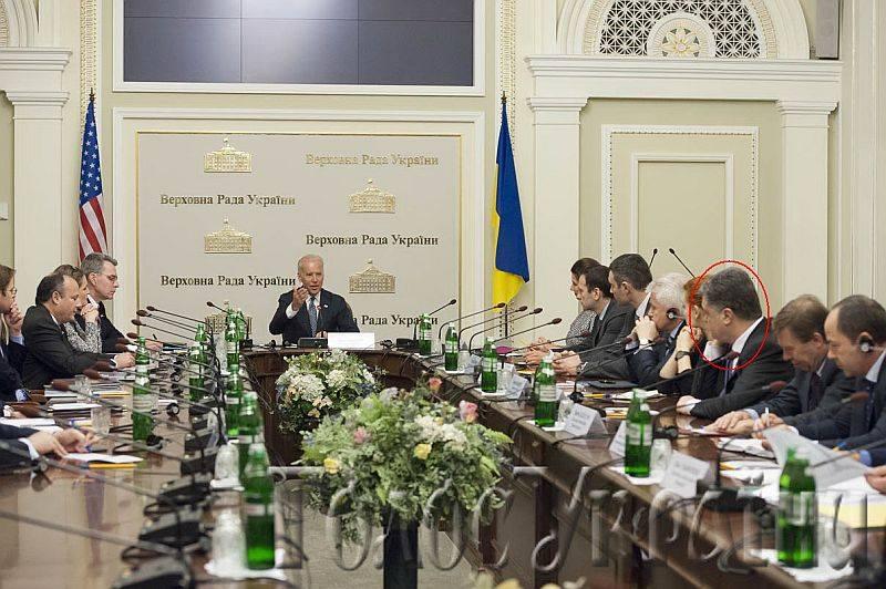 Joe Biden akkori amerikai alelnök (leendő elnök) kiadja az utasítást a Donbassz (Kelet-Ukrajna) elleni támadás megindítására. 2014. április 22, a kijevi parlament elnöki tanácskozó terme. (Valamivel nagyobb horderejű esemény, mint Szijjártó Péter telefonja Brenzovics Lászlónak).
