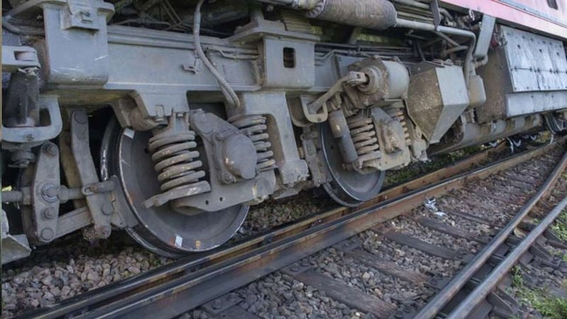 गोरखपुर कोलकाता पूर्वांचल एक्सप्रेस ट्रेन के दो डिब्बे बिहार के सिलौट स्टेशन के पास पटरी से उतरे