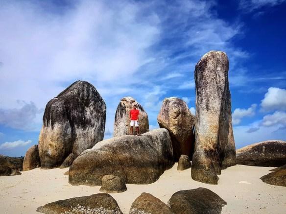 Batu-batu i ni berdiri diatas pasir putij