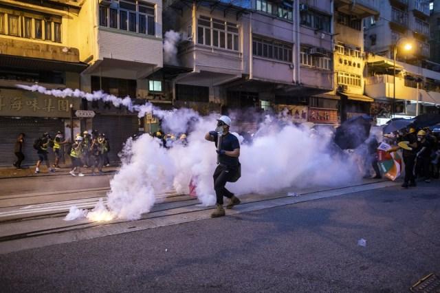 polis menggunakan gas pemedih mata