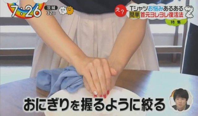 sepasang tangan memerah baju yang basah
