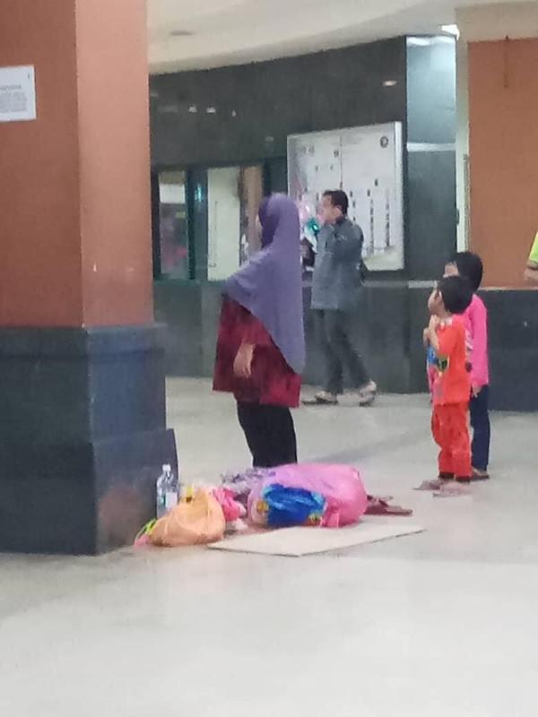 anak-anak kecil ditinggalkan di lobi
