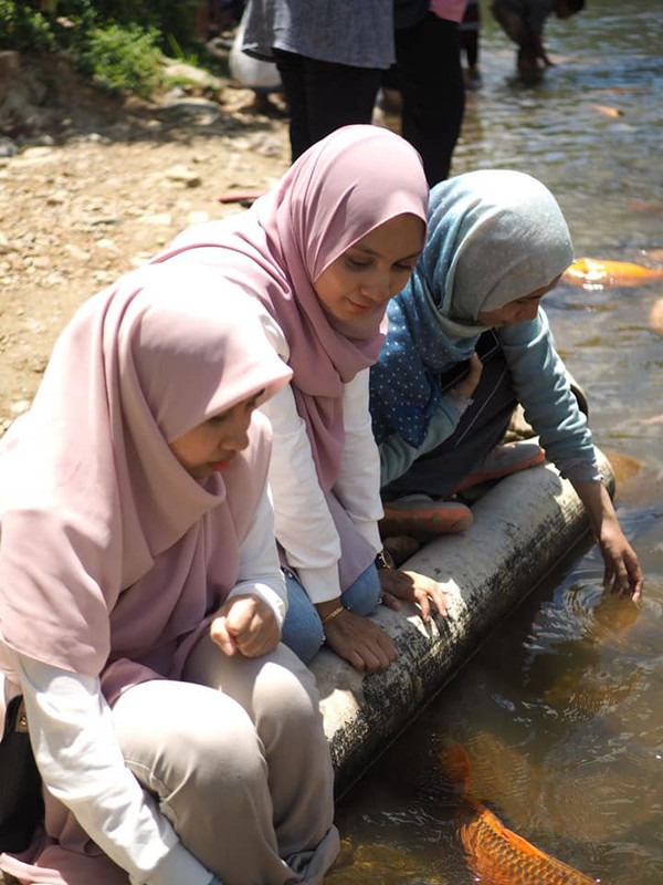 main dengan ikan di fish spa