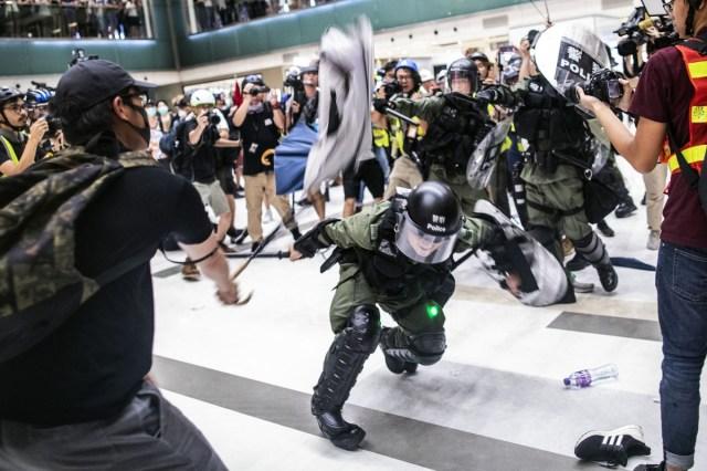 penunjuk perasaan memukul polis