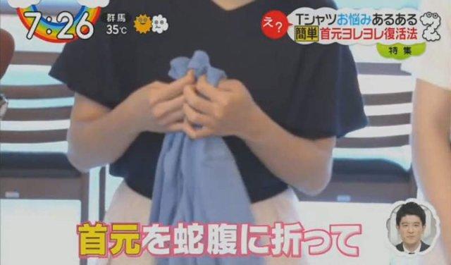 seorang wanita melipat bahagian leher tshirt