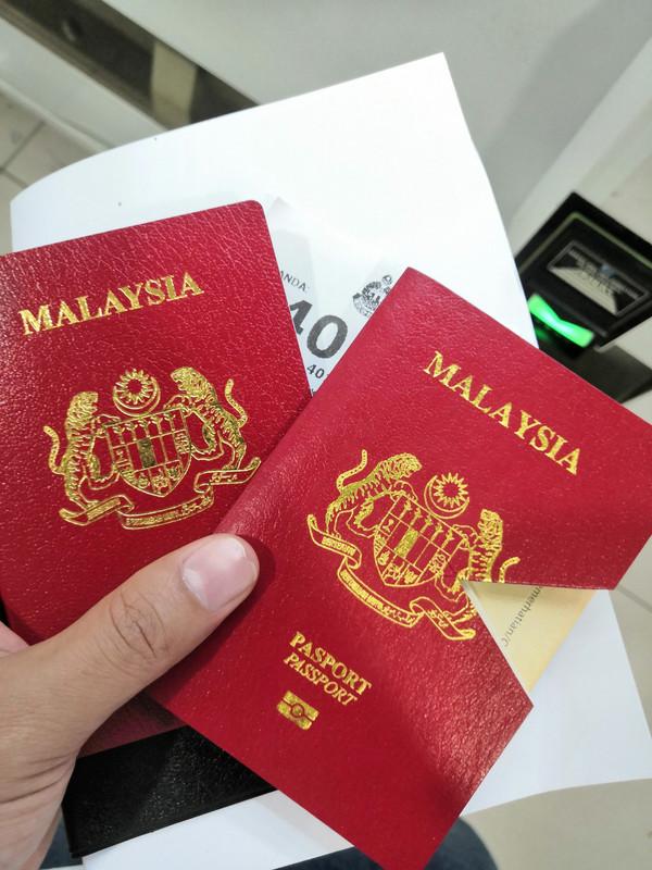 dua keping passport