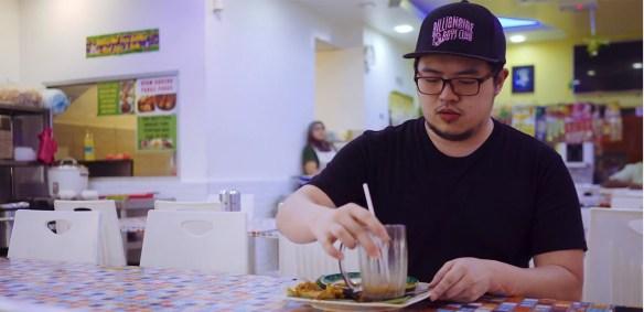 lelaki makan di luar kerana senang