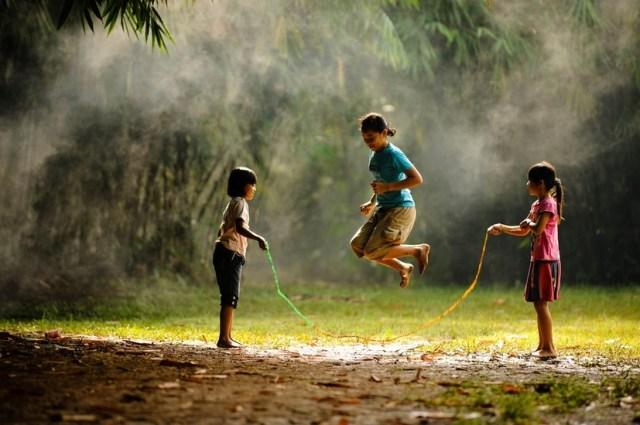 kanak-kanak sedang main bersama-sama