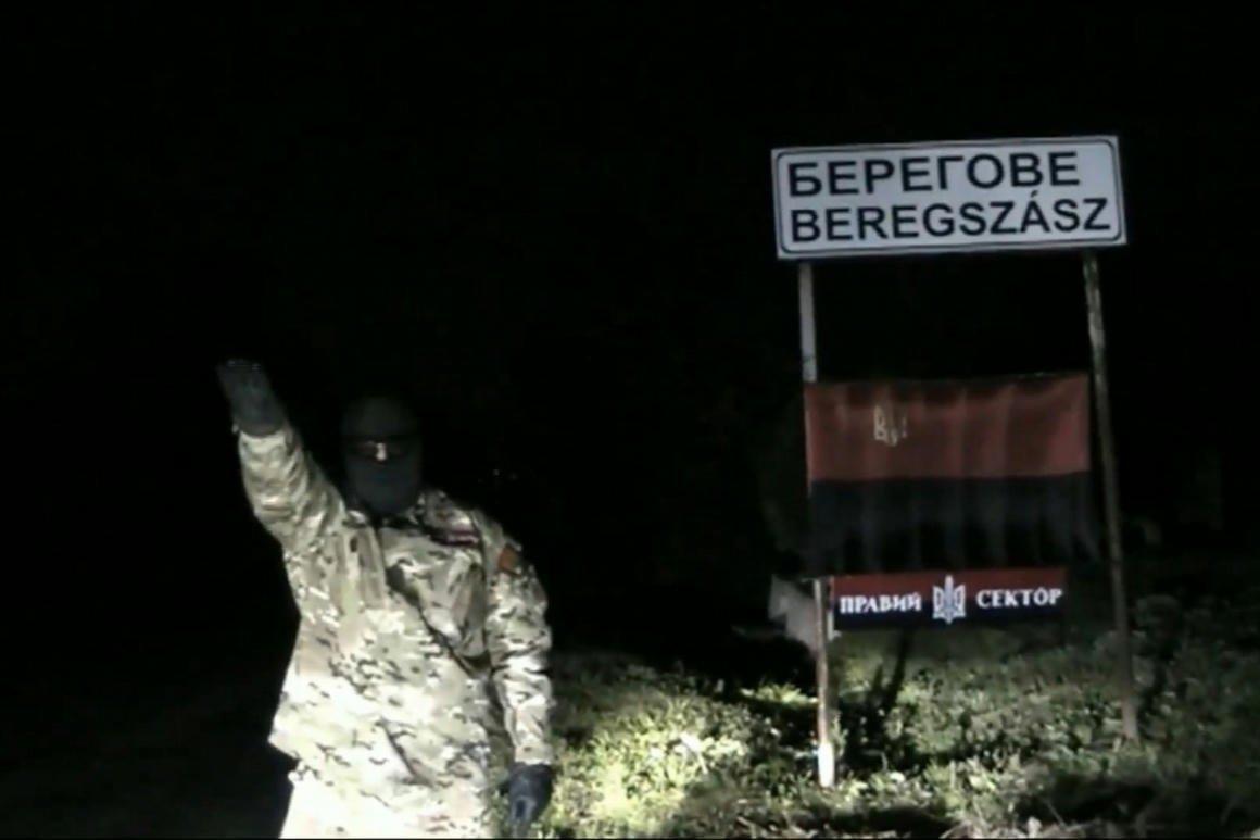 """A """"Jobb Szektor"""" fenyegető üzenete Beregszász helységnév táblája előtt. Ők még """"csak"""" a kárpátaljai magyarságot fenyegették. Dmitrij Jaros már hazánkat is."""