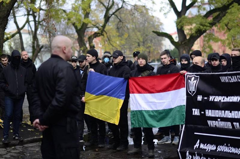 """Kárpátalja szélsőséges ukrán szervezete, a """"Szics"""" tüntet """"a magyar sovinizmus"""" ellen."""
