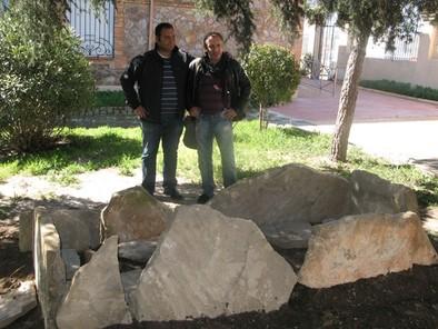 El edil Luis Miguel Ortiz (i) y el director del museo etnográfico de Puertollano, Raúl Mensalvas, posan tras la tumba visigoda del Campo de las Sepulturas. Diego Rodríguez