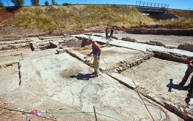 Los restos localizados se conforman de muros, corredores y distintas estancias; en tres de ellas se conservan, aunque deteriorados, mosaicos en varios colores, como se aprecia en la foto. DB/Miguel Ángel Valdivielso