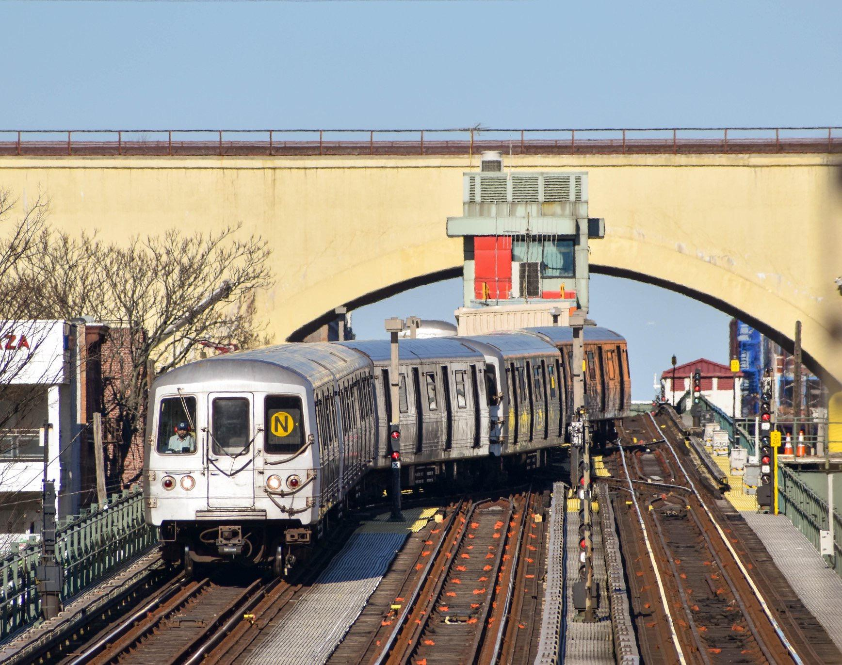 An R46 N Train Snaking Out Of Astoria Nycrail