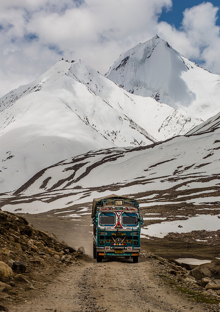 Dirt road in the Himalayas (Photo credit to @indtravelphoto)