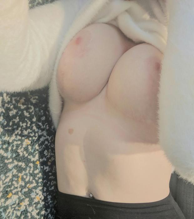 b68dt5fh2qr31 - [F] cozy and sexy! Nude Selfie