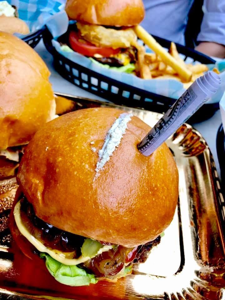 Reštaurácia ponúka burger Pabla Escobara s bielym práškom na vrchu aj dolárovou bankovkou v žemli