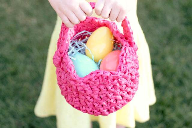 DIY plastic crocheted Easter basket (via persialou.com)