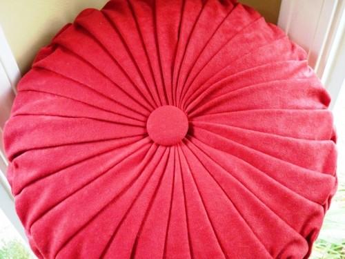 Cool DIY Round Pintuck Pillow Shelterness
