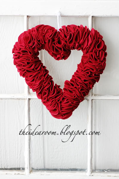 DIY Valentine Heart Wreath (via theidearoom)