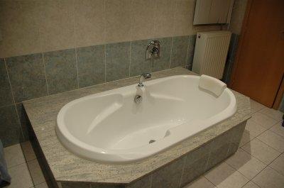 une baignoire double dos avec remplissage d eau particulier