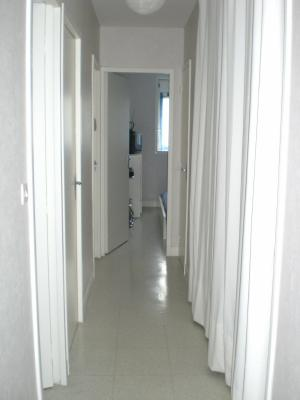 le couloir avec le placard ferme par