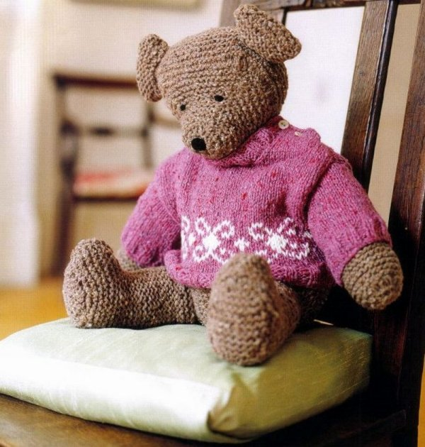 ourson avec ses deux pulls au tricot