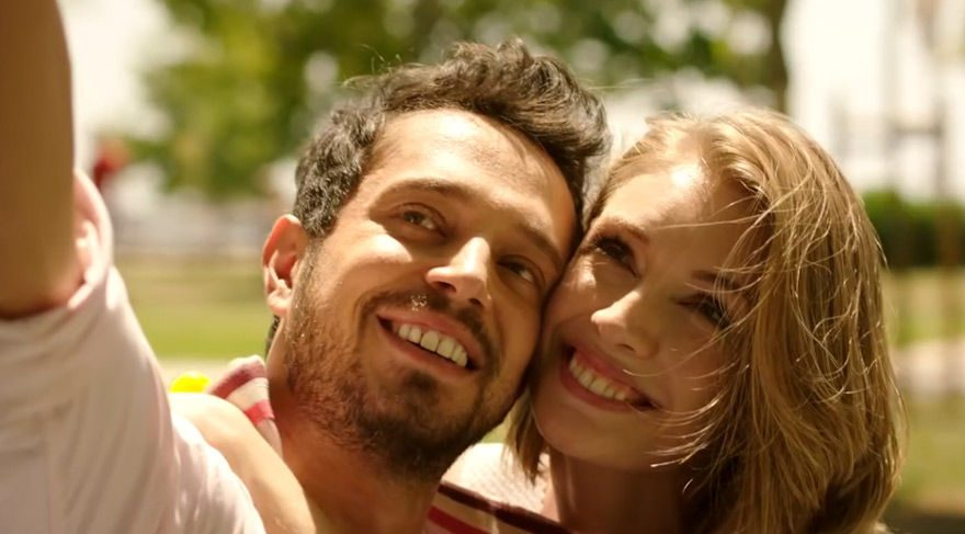 Reklam fotoğrafçılığı yapan Mehmet, çok sevdiği ve hayatının aşkı diye nitelediği sevgilisi Selin'den ayrıldıktan sonra kalbini tekrar kazanabilmek için elinden ne geliyorsa yapmaya karar verir