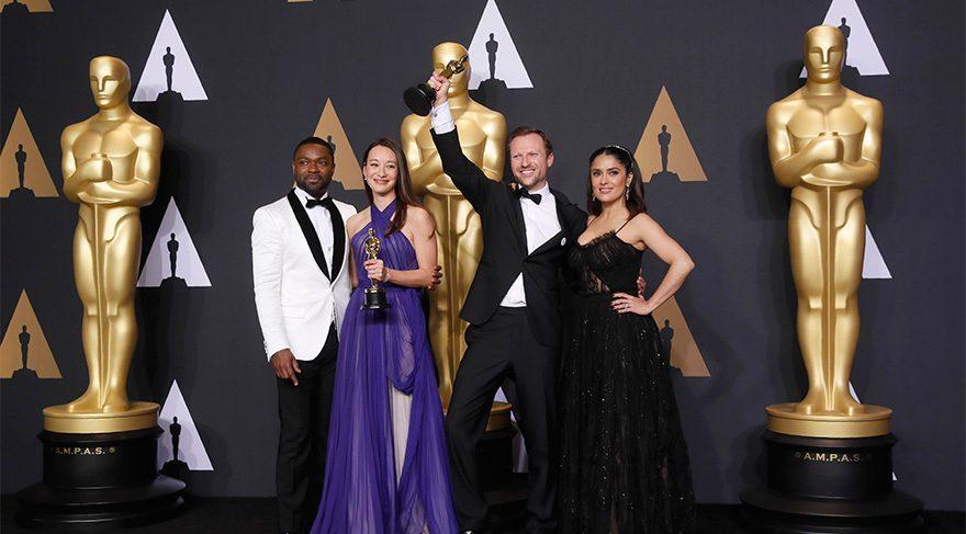 En İyi Kısa Belgesel Oscar'ını ellerinde tutanlar Orlando von Einsiedel ve Joanna Natasegara.