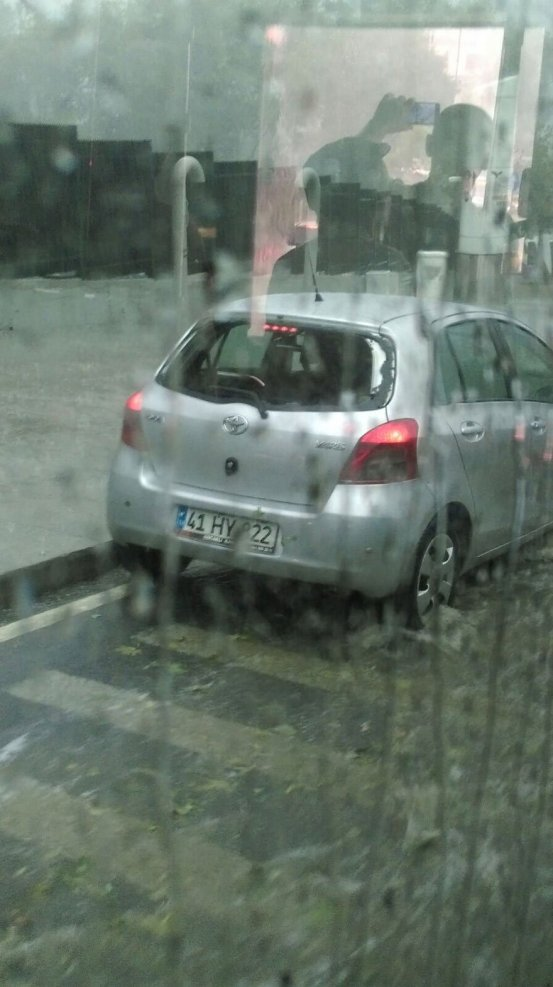 İstanbul'da yağmurla birlikte yağan dolu nedeniyle birçok aracın camları kırılmış.