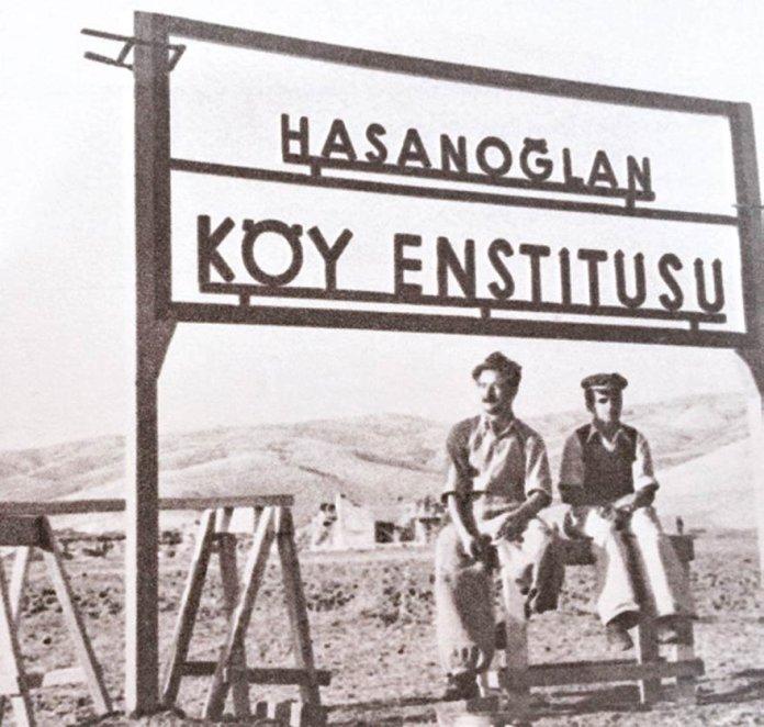 Öğretmen ve öğrenci Hasanoğlan tabelasının altında