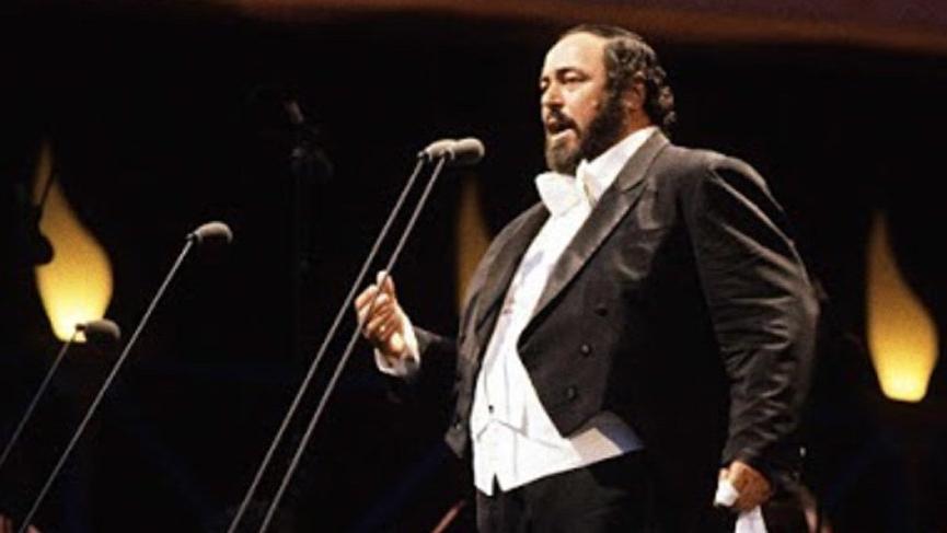 Hadi ipucu sorusu belli oldu! Pavarotti'nin elinde tuttuğu aksesuar ne? Pavarotti kimdir? - Son dakika haberleri