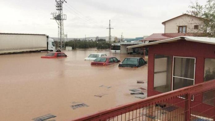Manisa ve İzmir'i sel vurdu