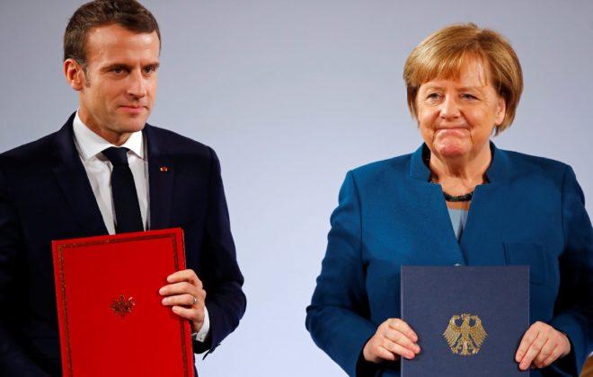Macron ve Merkel imzaların ardından objektiflere böyle poz verdi.