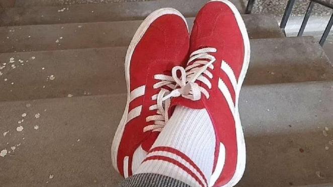 Belarus'ta kırmızı beyaz çorap ve ayakkabı giydi, 7.500 TL ceza aldı
