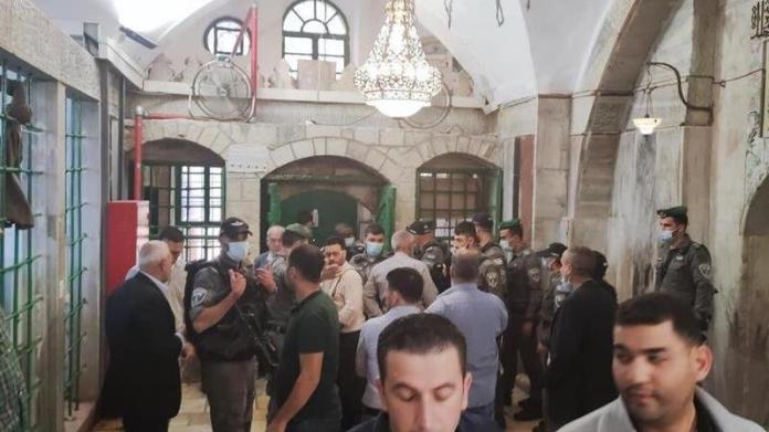 İsrail güçleri camide ibadet edenleri zorla dışarı çıkardı