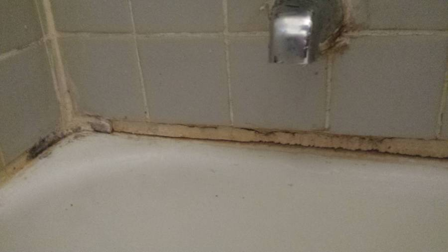 bathroom   How to caulking a bathtub with various size edge between         under the faucet