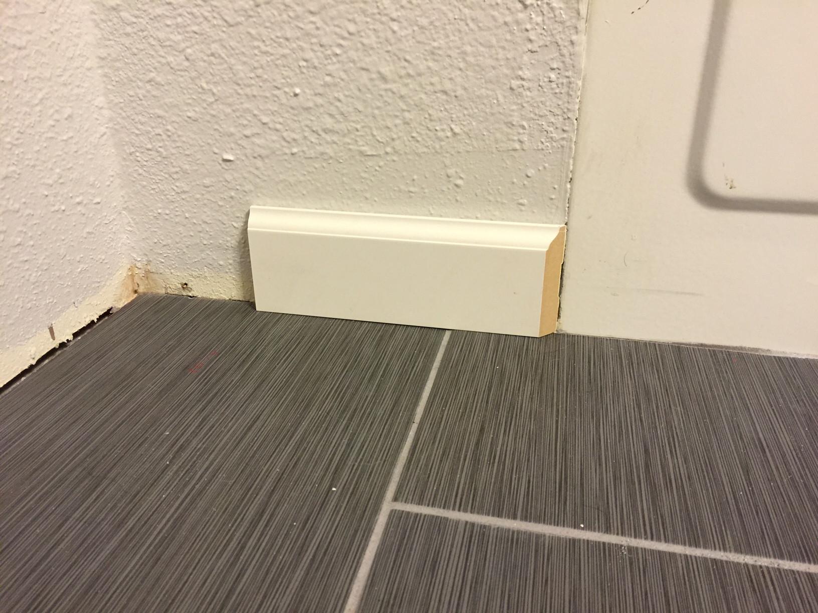 baseboard to a flat bathtub