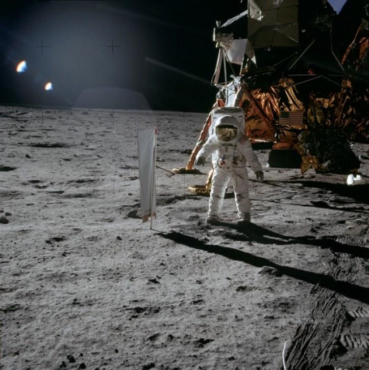 Resultado de imagen para lens flare in moon apollo 13