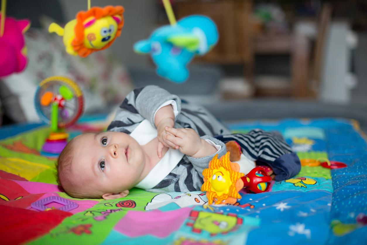 https www parents fr bien s equiper bebe eveil jeux et jouets les atouts du tapis deveil 78791