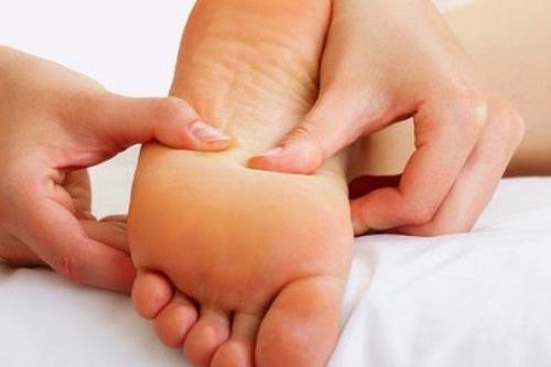 Xoa bóp, bấm huyệt gan bàn chân phòng chữa bệnh