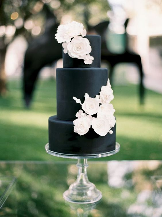 26bfe4cf6776 a matte black wedding cake with white sugar flowers is a stylsh and timeless  idea that
