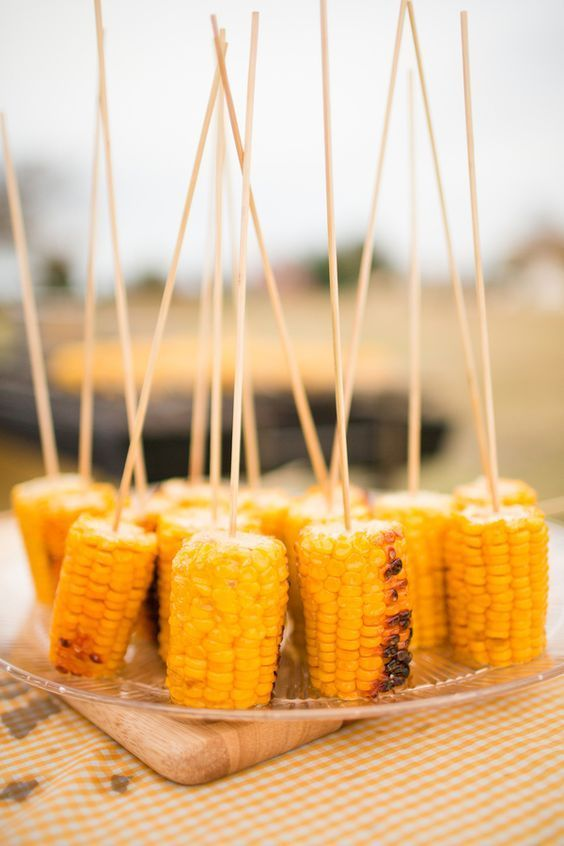 corn on skewers are a delicious and very simple snack to rock, suitable for vegan weddings