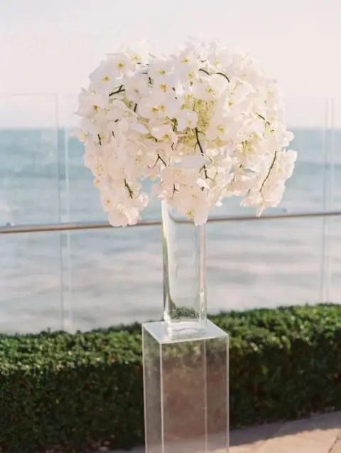 23 Adorable Lucite Dcor Ideas For Your Wedding