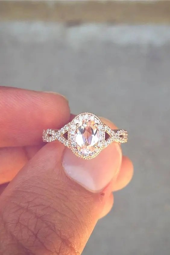 a vintage-inspired oval engagement ring of rose gold with a colored diamond looks wow