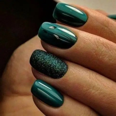 glossy forest green with a single green glitter nail are a chic and bold idea for winter holidays, not only for a wedding