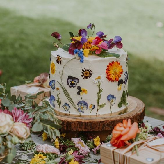 Pressed Wedding Flowers: 5 Hottest Wedding Cake Trends For 2019