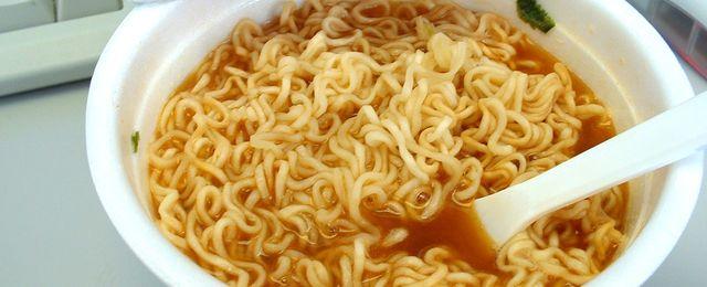 Co się dzieje w żołądku po zjedzeniu chińskiej zupki?