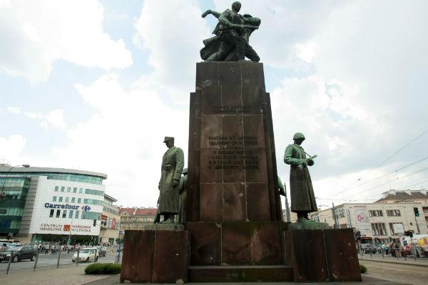 """Artyści i dziennikarze podpisali list otwarty przeciwko pomnikowi """"czterech śpiących"""""""