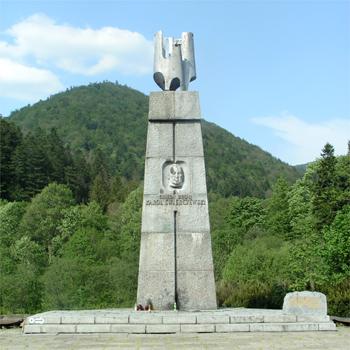 Pomnik gen. Karola Świerczewskiego w Jabłonkach. W tle góra Walter, nazwana tak w 1967 r. dla upamiętnienia Świerczewskiego